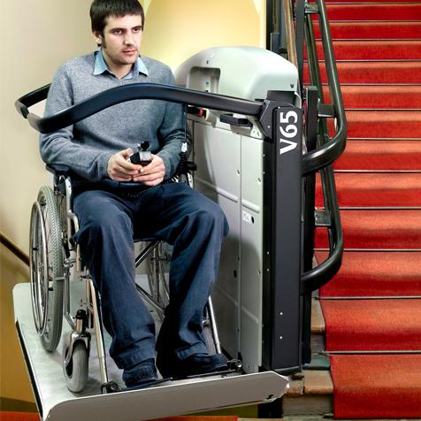 Šikmá schodisková plošina – jej použitie a riešenie v zákrute